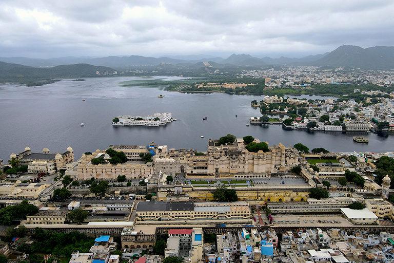 उदयपुर शहर में 16हवीं और 17हवीं शताब्दी में बने कई झील हैं जो कि एक दूसरे से जुड़े हुए हैं। इस वजह से शहर को झीलों की नगरी का नाम मिला है। तस्वीर- अर्चना सिंह