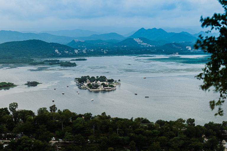 उदयपुर को झील और अरावली पर्वत श्रृंखला खूबसूरत बनाती हैं। इस वक्त दोनों खतरे में है। तस्वीर- अर्चना सिंह