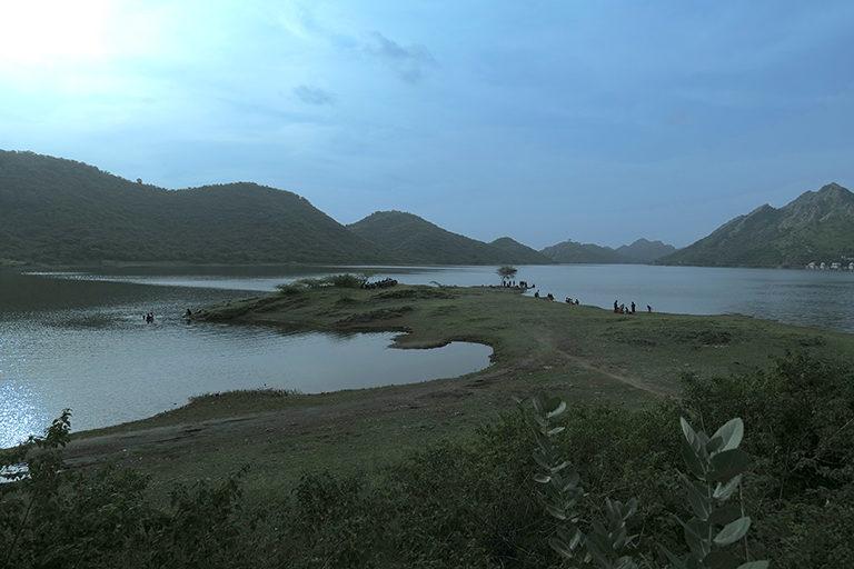 उदयपुर की बड़ी झील। सज्जनगढ़ बायोलॉजिकल पार्क, बड़ी झील, पुरोहितों का तालाब जैसे स्थानों को नए पर्यटन स्थलों में शामिल किया जा सकता है। तस्वीर- अर्चना सिंह