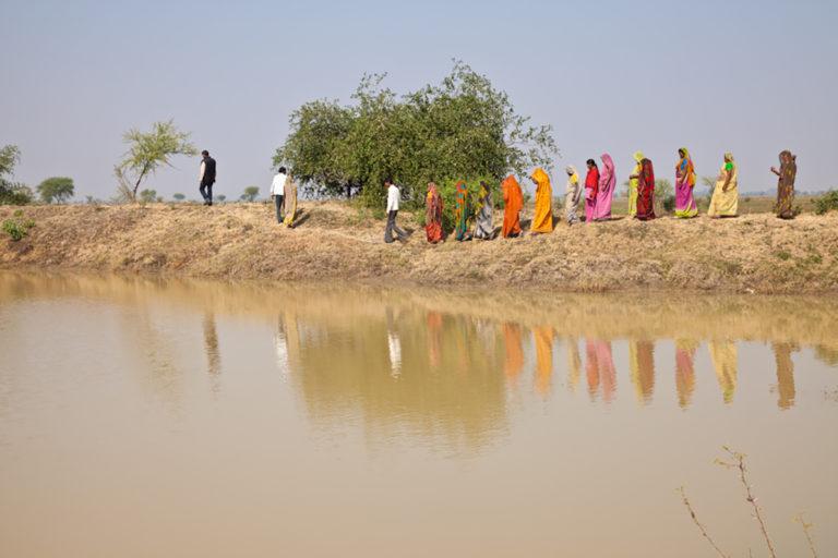 उत्तरप्रदेश के चित्रकूट में यह तालाब मनरेगा के तहत महिला मजदूरों ने मिलकर बनाया है। तस्वीर- यूएन वुमन/ गगनजीत सिंह चंडोक