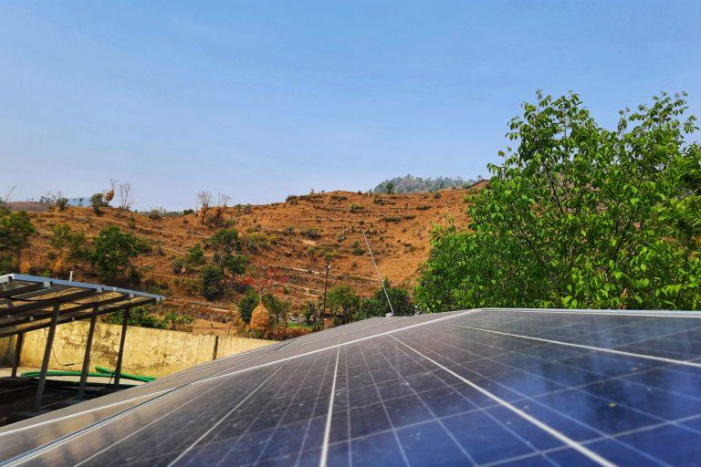 उत्तराखंड की वादियों में लगे सोलर पैनल्स। राज्य सरकार ने कोविड-19 की वजह से बेरोजगार हुए लोगों को पलायन से रोकने के लिए सौर स्वरोज़गार योजना की शुरुआत की थी। तस्वीर- वर्षा सिंह