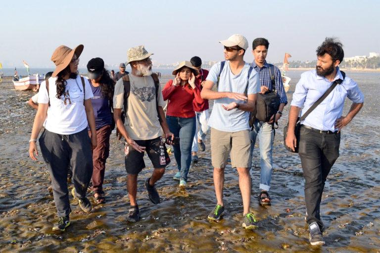 मुंबई की भागदौड़ में सुकून भरा समुद्री जीवन। प्रदीप पटाडे अपने समूह के साथ समुद्री तट पर टहलते हुए। तस्वीर- ऋचा मलहोत्रा