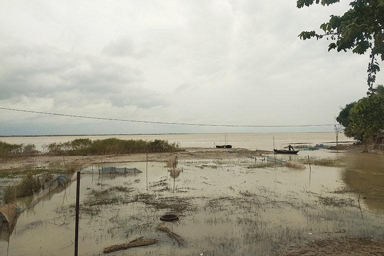 भारी बारिश से गंगा में जलस्तर बढ़ने के कारण कटिहार में खेतों में फैला पानी। जानकारों के मुताबिक, जलवायु परिवर्तन के कारण उत्तरी बिहार में बाढ़ की तीव्रता में बढोतरी हो सकती है। फ़ोटो: उमेश कुमार राय