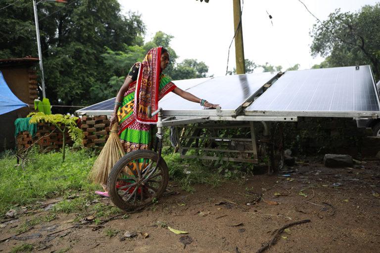 सोलर पंप के रखरखाव की जिम्मेदारी महिला समूह पर है। समूह में 51 महिलाएं हैं जिनमें से 35 खेती करती हैं। तस्वीर- श्रीकांत चौधरी