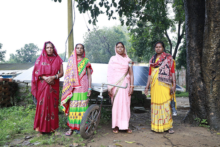 सोलर पंप के साथ समूह की महिलाएं। भूजल संरक्षण के लिए इन सोलर पंप का इस्तेमाल सिर्फ सतही पानी को पंप करने में किया जा सकता है। तस्वीर- श्रीकांत चौधरी