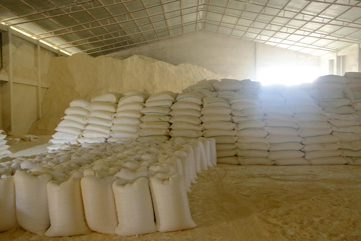 गोदाम में पड़ा तैयार चीनी मिट्टी। तस्वीर- सुभ्रजीत सेन