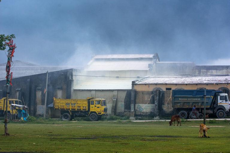 प्रसंस्करण इकाई से निकला क्ले का धूल। स्थानीय निवासी और मजदूर यहां सांस लेने में दिक्कत की शिकायत करते हैं और स्थानीय जलस्रोत भी इस धूल से प्रदूषित हो रहे हैं। तस्वीर- सुभ्रजीत सेन