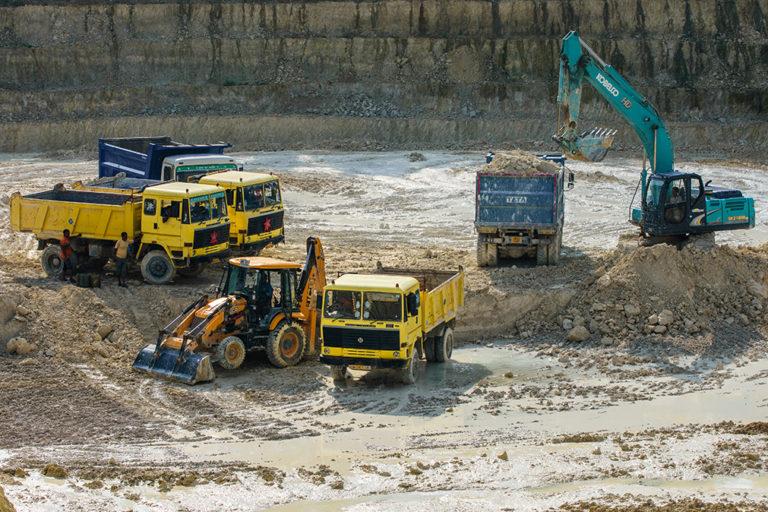 बीरभूम के एक खुली खदान में कॉओलिन का खनन। देश के कुल कॉओलिन भंडार का 14 प्रतिशत पश्चिम बंगाल में है। तस्वीर- सुभ्रजीत सेन