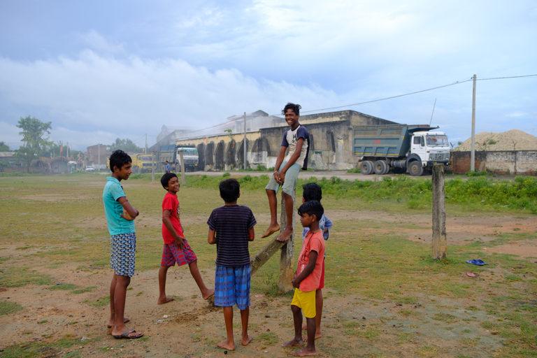 पश्चिम बंगाल के बीरभूम के खारिया (खोरिया) गांव में चाइना क्ले प्रोसेसिंग यूनिट के पास इकट्ठा हुए बच्चे। गांव का नाम खोरी से पड़ा, जो चीनी मिट्टी का स्थानीय नाम है। तस्वीर- सुभ्रजीत सेन।