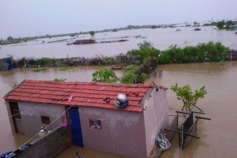 नर्मदा के जल से अक्सर यहां बाढ़ के हालात बन रहे हैं। नर्मदा के नहरों से अचानक छोड़ा गया पानी कई करोड़ रुपए के नमक को बहा ले जाता है। तस्वीर- ध्वनित पांड्या/एएचआरएम