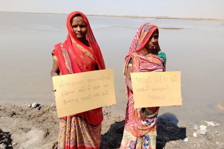 नर्मदा जल से अगरिया समुदाय के नमक बर्बाद हो गए। इसके बाद उन्होंने मुआवजे के लिए विरोध प्रदर्शन भी किया। तस्वीर- भरत सोमेरा/एएचआरएम