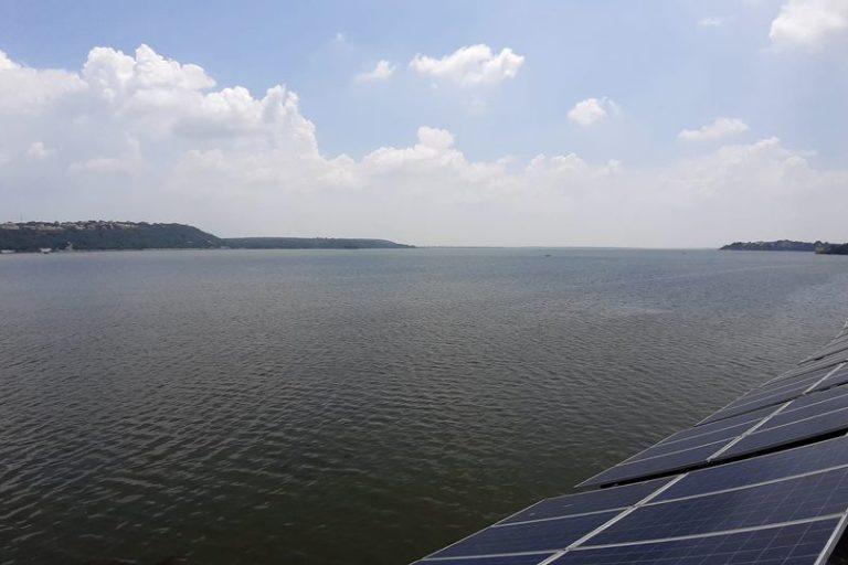भोपाल स्थित बड़ा तालाब पर हाल ही में 750 किलोवॉट का सौर ऊर्जा संयंत्र लगाया गया है। इससे मिलने वाली बिजली का उपयोग पानी पंप करने में हो रहा है। तस्वीर- स्मार्ट सिटी भोपाल