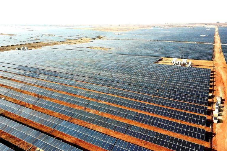मध्यप्रदेश के रीवा स्थित सोलर प्लांट। यहां बनने वाली बिजली का एक बड़ा भाग दिल्ली में मेट्रो परिचालन के लिए भेजा जाता है। आंकड़ों के मुताबिक दिल्ली मेट्रो में 60 फीसदी बिजली की जरूरत इस पार्क से पूरी होती है। तस्वीर- मध्य प्रदेश ऊर्जा विकास निगम