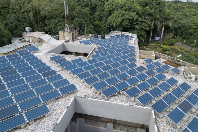 मध्य प्रदेश में सरकारी भवनों पर रूफ टॉप सोलर लगाने का काम भी जोरों पर है। तस्वीर- मध्य प्रदेश ऊर्जा विकास निगम