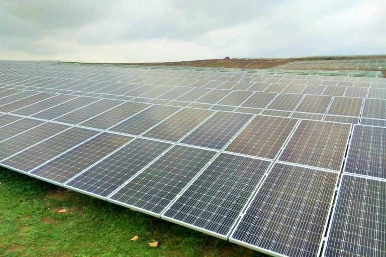 रीवा सोलर परियोजना की एक तस्वीर। मध्य प्रदेश में पावर परचेज एग्रीमेंट के तहत सस्ती दर पर बिजली मिलने की होड़ लग गई है। जानकार इसे एक चिंता का विषय मानते हैं। तस्वीर- मध्य प्रदेश ऊर्जा विकास निगम