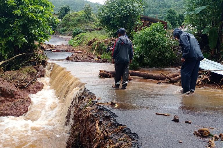 महाराष्ट्र के सतारा में बाढ़ के दौरान बह चुकी सड़क। इस बात के प्रमाण बढ़ रहे हैं कि दक्षिण-पश्चिम मानसून में बारिश के दिनों की संख्या कम होती है लेकिन कुछ दिनों में भारी से अत्यधिक बारिश होती है जिससे शहरी क्षेत्रों में बाढ़ आती है और गांवों में फसलों को नुकसान होता है। तस्वीर- वर्षा देशपांडे/विकिमीडिया कॉमन्स