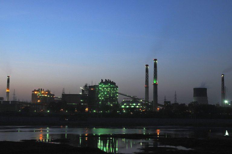 साबरमती नदी किनारे स्थित थर्मल पावर स्टेशन। देश में कोयले की कमी की चर्चा के बीच कई ऊर्जा संयंत्र बंद होने की कगार पर हैं। तस्वीर- कोशी/विकिमीडिया कॉमन्स