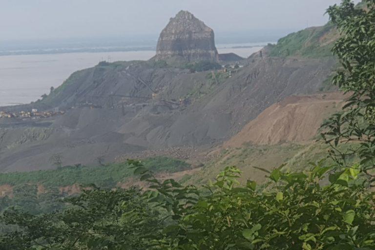 गड़वा पहाड़ी और गंगा। उत्खनन के कारण पहाड़ के धूलकण के पानी में धूल गंगा में जाने से नदी प्रदूषित हो रही है। तस्वीर- राहुल सिंह